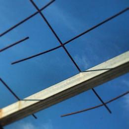 Podria ser art contemporani... però són les restes d'una teulada