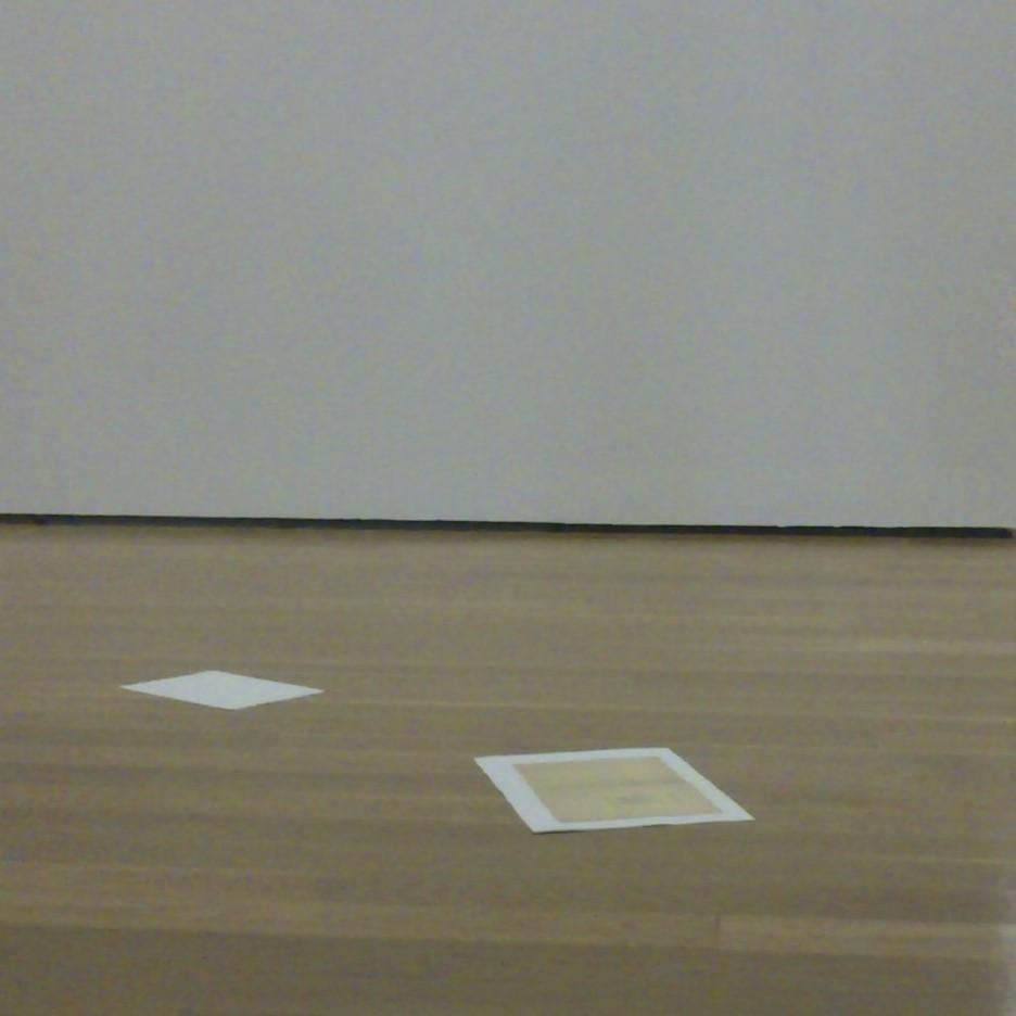 Podria ser art contemporani... però són dos fulls de paper en una sala d'exposicions