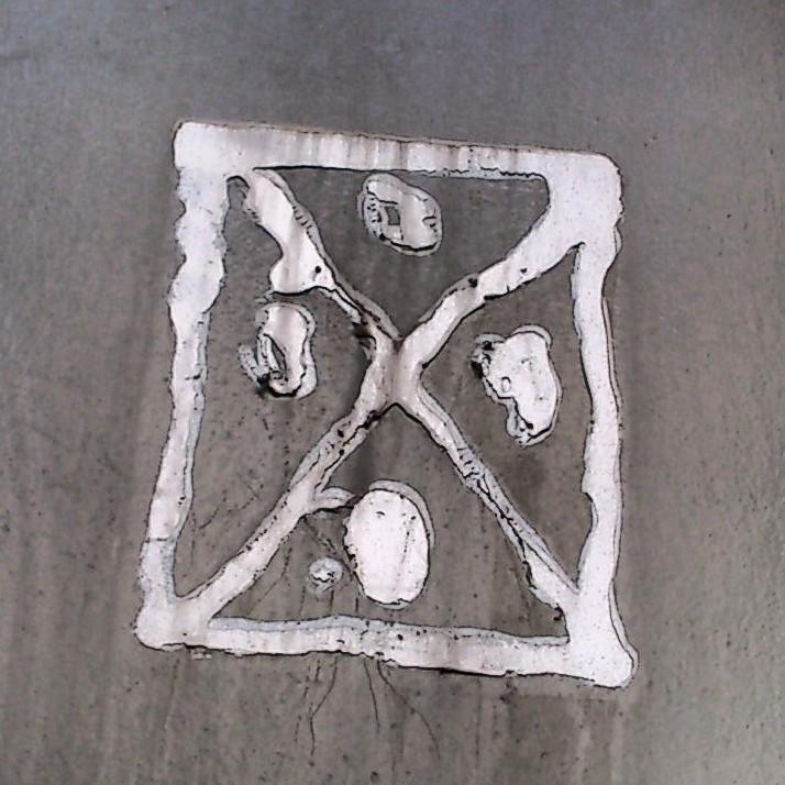 Podria ser art contemporani... però són les restes d'un cartell arrencat