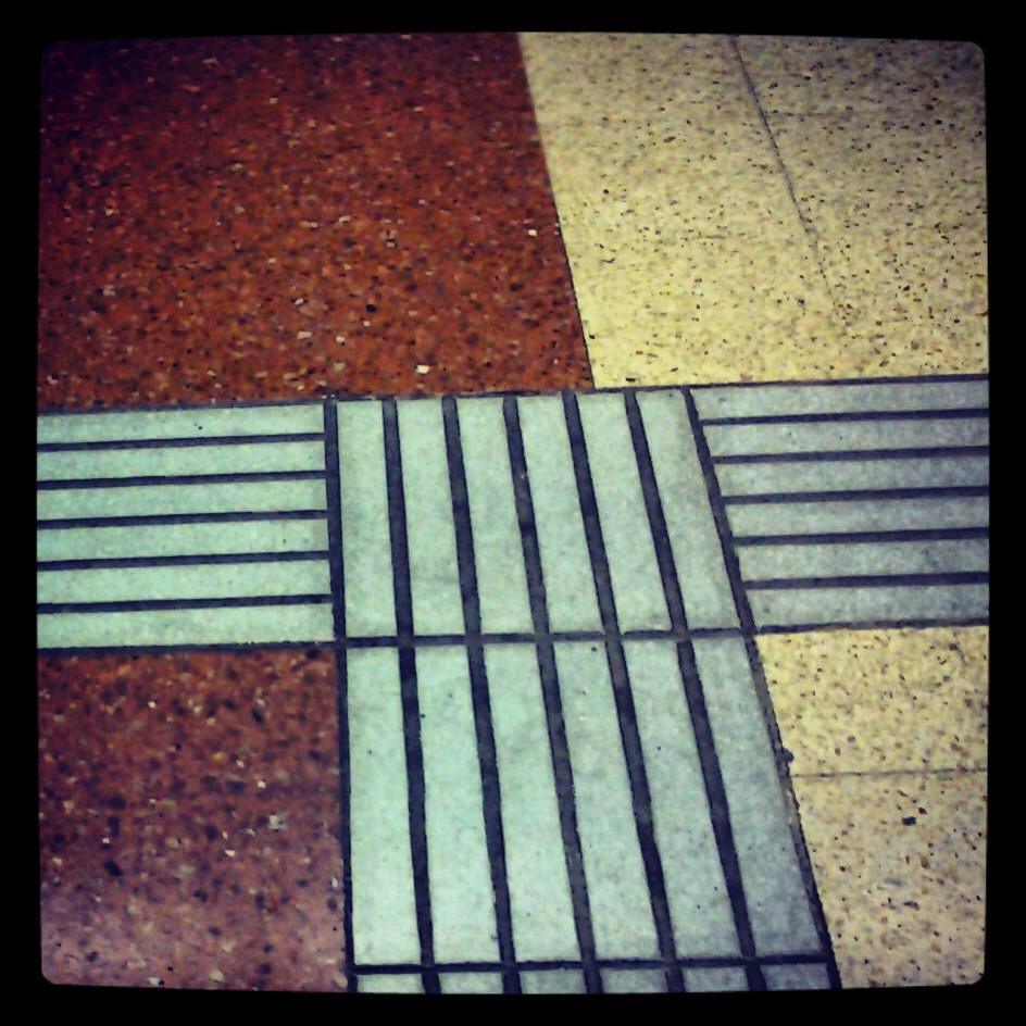 Podria ser art contemporani... però es una guia per invidents al terra del metro