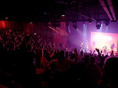 ¿Se debe cantar solo canciones de alabanza & adoración en la iglesia?