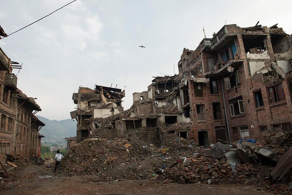 Vista de uno de los muchos edificios colapsados