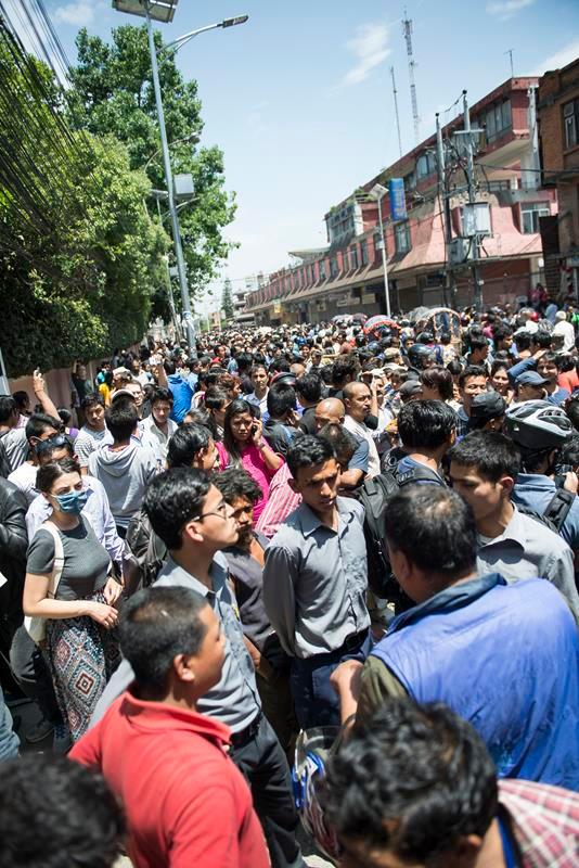 aglomeración en una de las calles de katmandú minutos despues del segundo terremoto