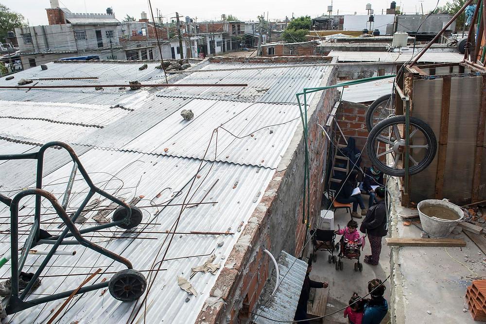 Vista panorámica del Barrio Loma Hermosa, en el pasillo, padres esperando ser atendidos