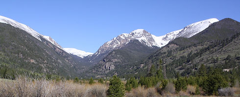A piture of the many beautiful mountains that surround the Estes Park area
