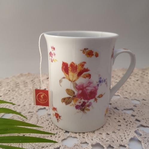1 כוס קפה או תה עיטור פרחים