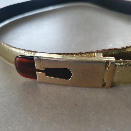 חגורה בצבע זהב ואבזם מיוחד