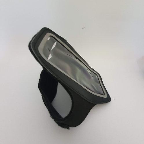 חגורת ריצה ליד לטלפון ומפתח שחור