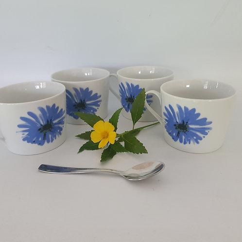 4 כוסות לקפה או תה עם פרח כחול