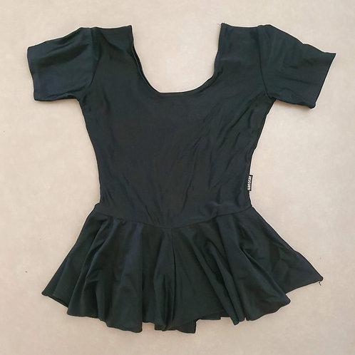 בגד גוף שחור עם חצאית