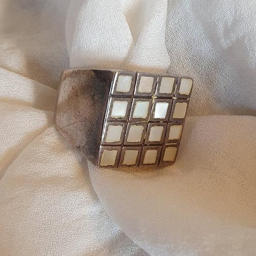 טבעת כסף עם 16 אבנים לבנות