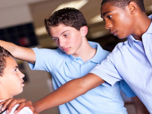 Quais são os preditores de violência escolar entre adolescentes?