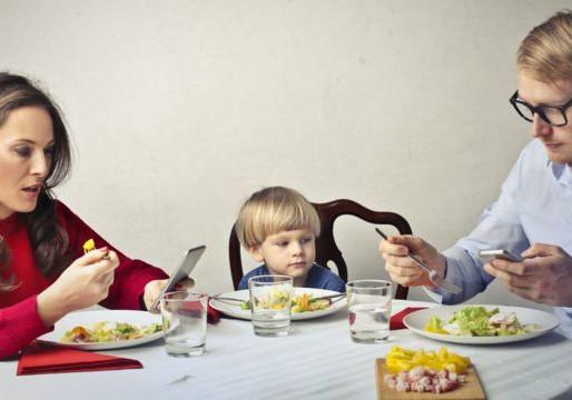 Uso de celular pelos pais durante as refeições em família compromete práticas alimentares saudáveis