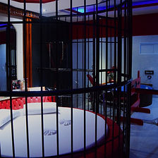 Suíte Erótika - Ar condicionado, frigobar, televisão, cadeira erótika, pole dance, banheira de hidromassagem, jaula, tronco e X sado.