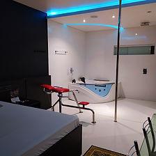 Suíte Safari - Ar condicionado, frigobar, televisão, cadeira erótika, pole dance, banheira de hidromassagem com cromoterapia.
