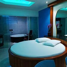 Suíte Master - Ar condicionado, frigobar, televisão, cadeira erótika, pole dance, sauna e banheira de hidromassagem.