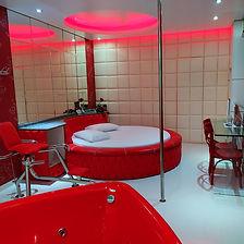 Suíte Romântica - Ar condicionado, frigobar, televisão, cadeira erótika, pole dance, banheira de hidromassagem em formato de coração.