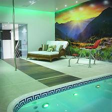 Suíte Executiva - Ar condicionado, frigobar, televisão, cadeira erótika, pole dance, SPAde hidromassagem, sauna, teto solar, piscina térmica.
