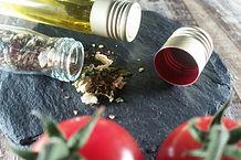 Rosa-Beeren-Dip mit Zwiebeln, Salz, Knoblauch und Pfeffer