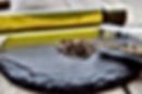 Aubergine-Dip mit schwarzem und weißem Sesam, Knoblauch und Salz