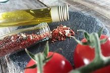 Tomate-Dip mit Basilikum, Knoblauch, Zwiebeln und Oregano