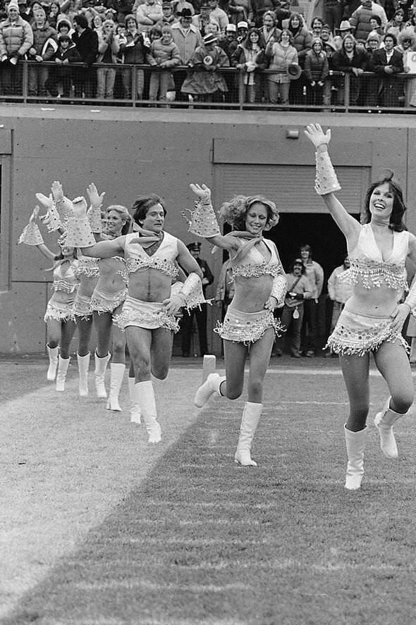 Robin Willams dressed as a cheerleader