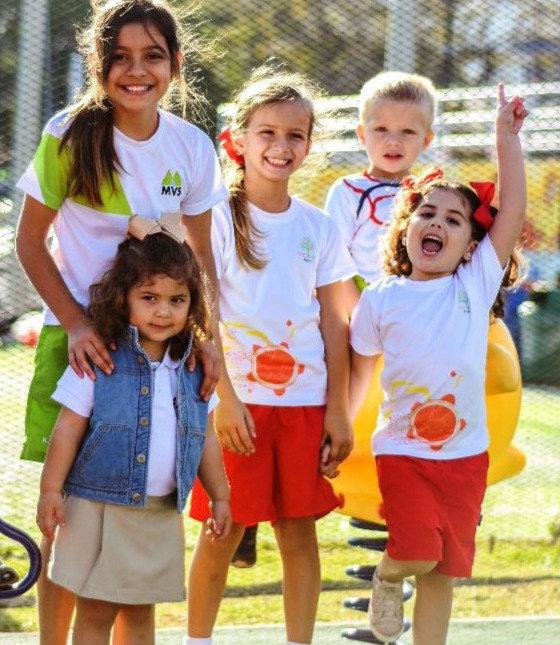 Niños con uniformes de kinders y uniformes de escuela