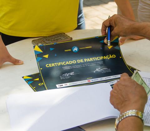 Certificados de participação entregues aos participantes do evento