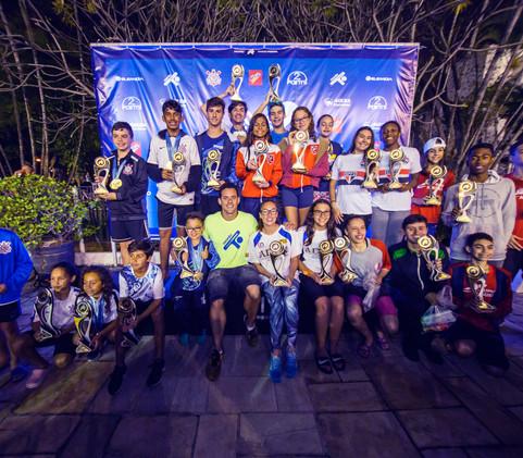 Nadadores reunidos para foto oficial do evento