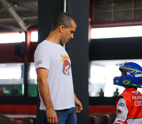 Aluno recebe orientações de Max Wilson, campeão da Stock Car em 2010
