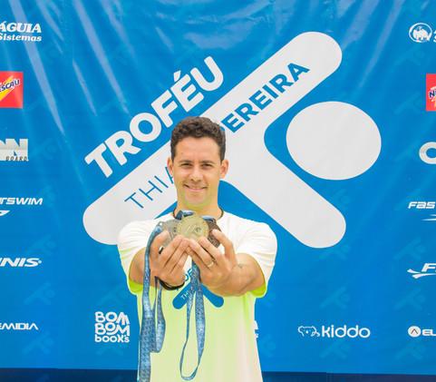 Thiago Pereira com a medalha oficial do evento