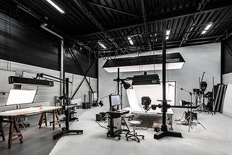 Innenaufnahme des Fotostudios  aus dem ersten Stock der Werbefotografie Blühdorn GmbH Fellbach Stuttgart.