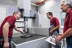 Bedienung einer Messmaschine der Diamant- Gesellschaft Tesch GmbH von drei Mitarbeitern