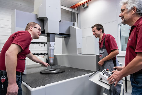 Bedienung einer Messmaschine von Tesch GmbH Mitarbeitern