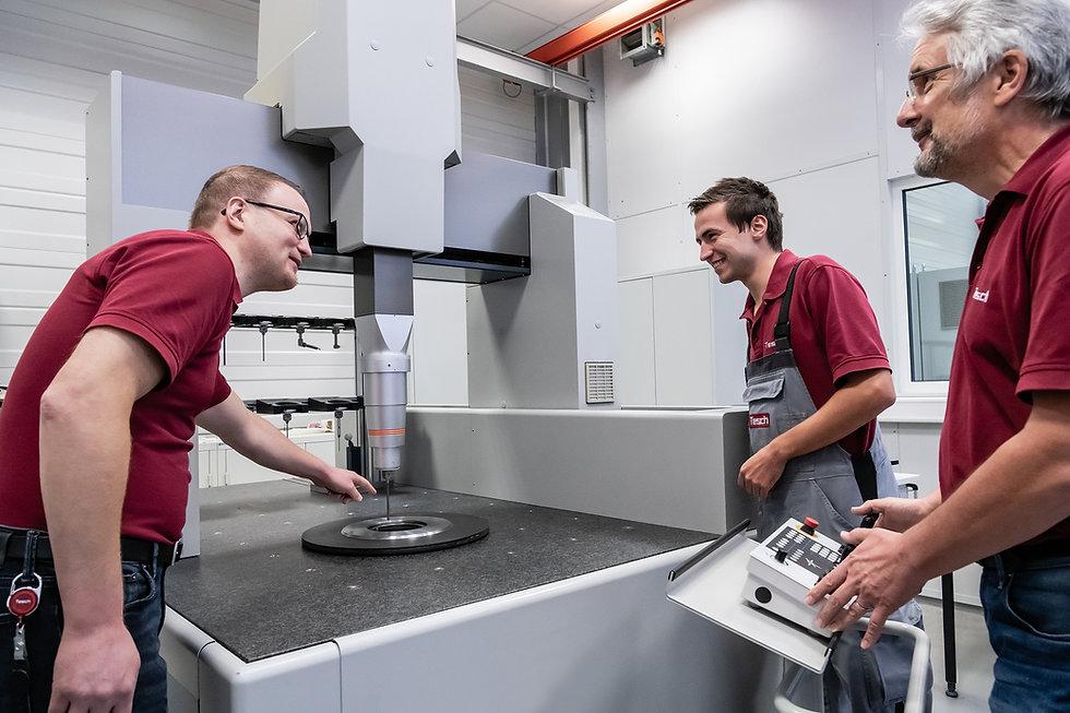 Mitarbeiter an einer Messmaschine der Diamant- Gesellschaft Tesch GmbH