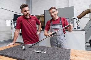 Zwei Mitarbeiter der Diamant- Gesellschaft Tesch GmbH unterhalten sich über ein Werkzeug zur Messung von Längen