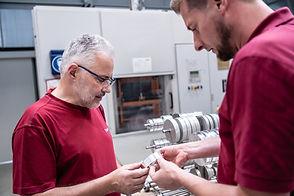 Zwei Mitarbeiter der Diamant- Gesellschaft Tesch GmbH begutachten die Qualität eines Produktes