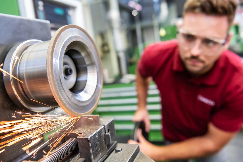 Mitarbeiter arbeitet mit einer Schleifscheibe der Diamant- Gesellschaft Tesch GmbH
