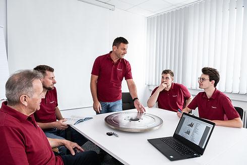 Mitarbeitergespräch über eine Schleifscheibe der Diamant- Gesellschaft Tesch GmbH