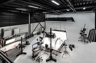 Innenaufnahme des Fotostudios aus dem zweiten Stock der Werbefotografie Blühdorn GmbH Fellbach Stuttgart.