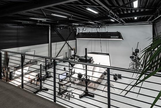 Innenaufnahme aus dem zweiten Stock der Halle für Videoproduktionen und Fotoshootings der Werbefotografie Blühdorn GmbH Fellbach Stuttgart.