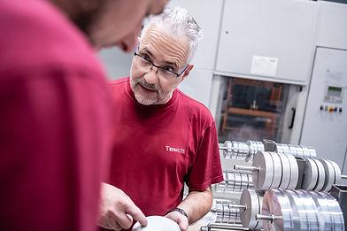 Mitarbeiter sprechen miteinander der Diamant- Gesellschaft Tesch GmbH