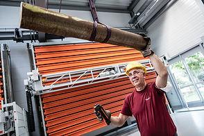 Mitarbeiter der Diamant- Gesellschaft Tesch GmbH arbeitet mit Hilfe einer Schwerlast-Seilwinde