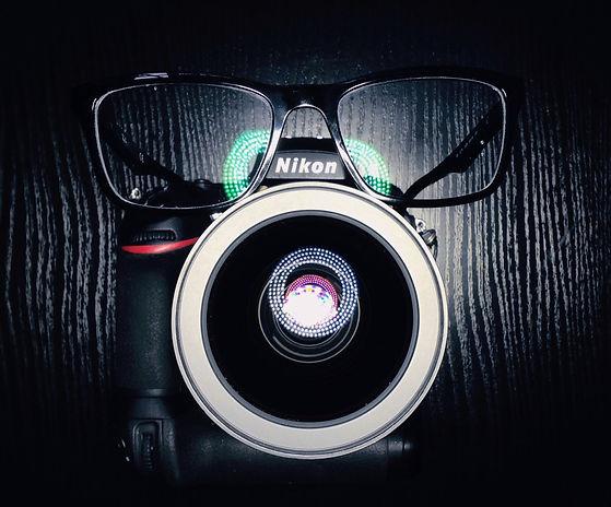 Nikon Kamera mit einer Brille auf aufgenommen von der Werbefotografie Blühdorn GmbH Fellbach Stuttgart.