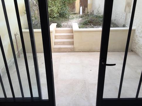 Terrasse avec moellons en pierre