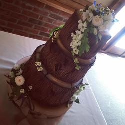 Georgeous woodlands wedding set up today at _sandholeoakbarn #weddingcake #libbygcake #altrincham #w