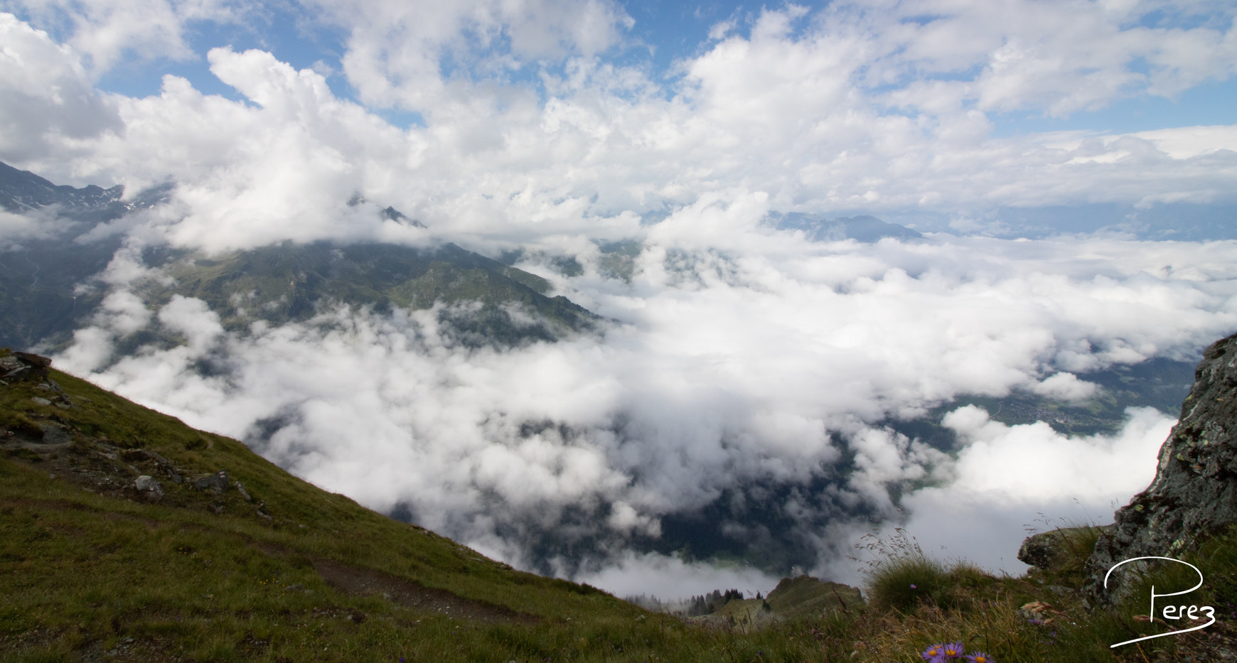 La vallée dans les nuages
