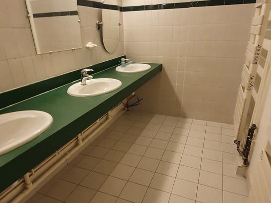 Création de 4 salles de bains dans un centre.