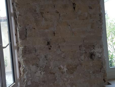 Rénovation joints ciment sur mur de pierre.