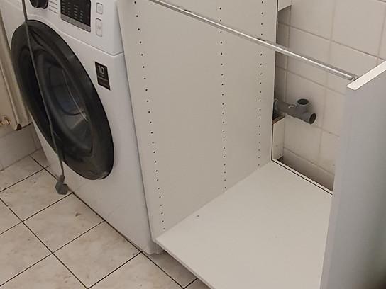 Mise en place d'un coin évier et machine à laver dans une salle de bain.